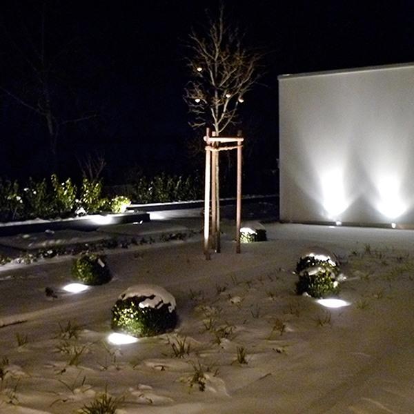 Schnee auf der Grünfläche. Foto bei Nacht