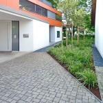 Blick auf die Eingangstür (links) - rechts die Grünfläche