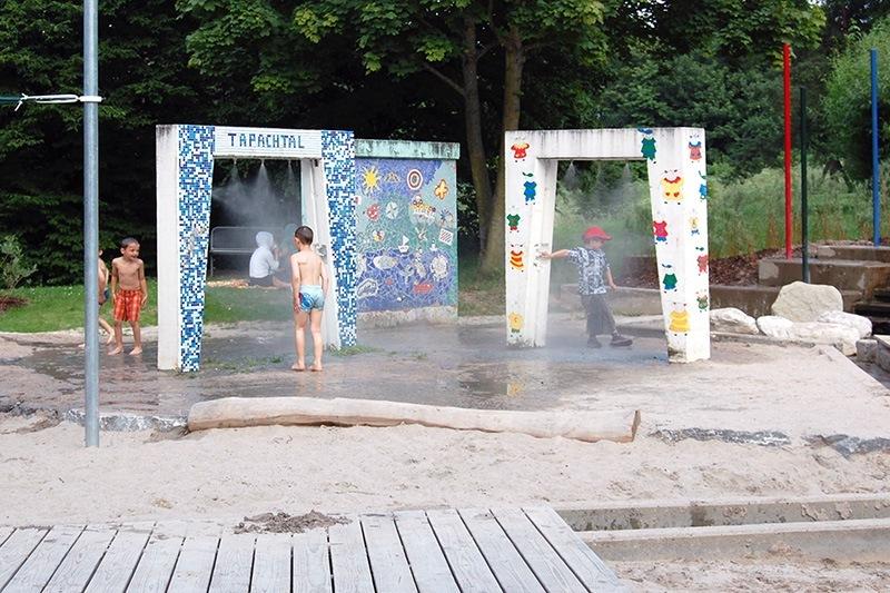 Wasserbereich mit Duschen auf dem Spielplatz im Tapachtal - Landschaftsarchitektur Stuttgart