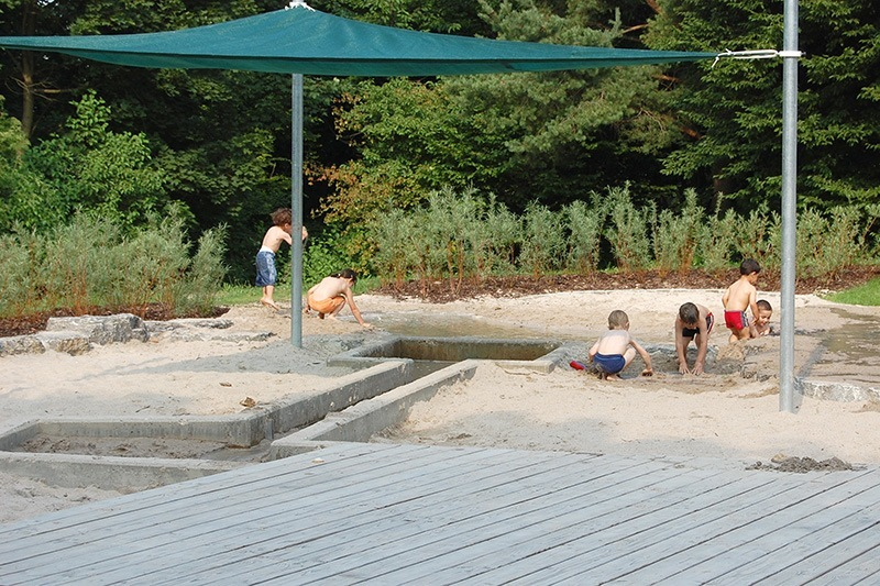 Spielplatz am Tapachtal - Landschaftsarchitektur Stuttgart - Matschbereich unter einem Sonnensegel