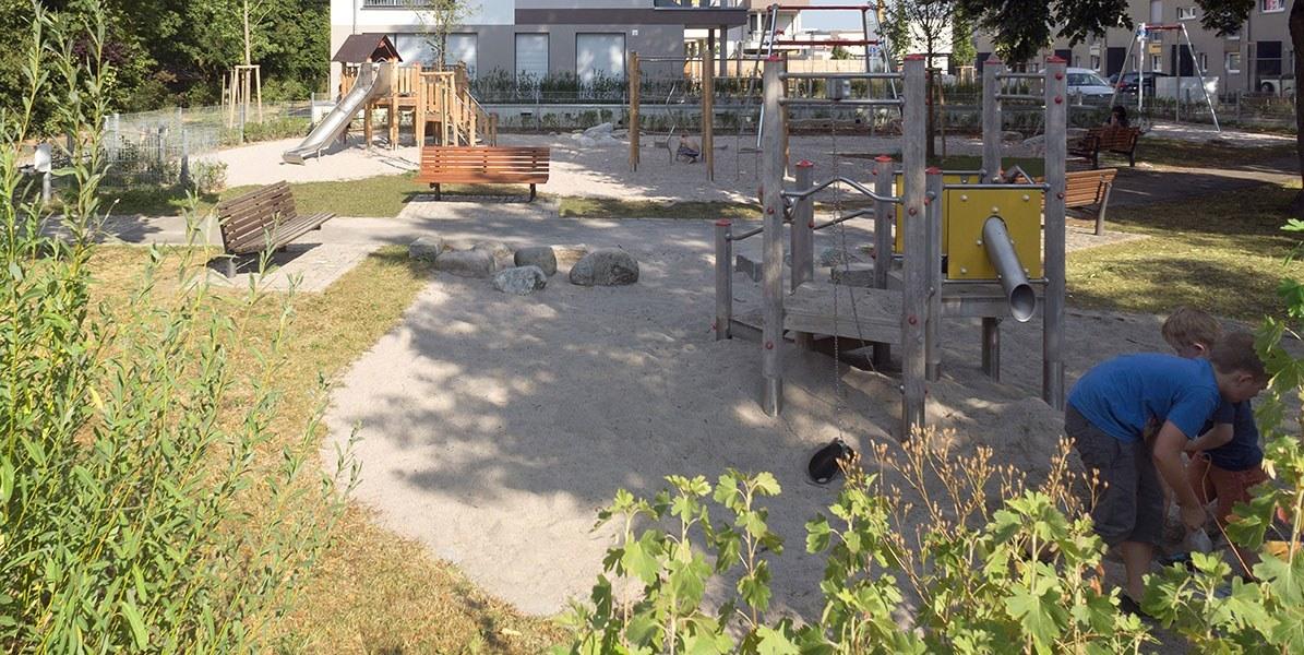 Lauter Park - Spielplatz - Sandkasten - vorne Rechts zwei Kinder