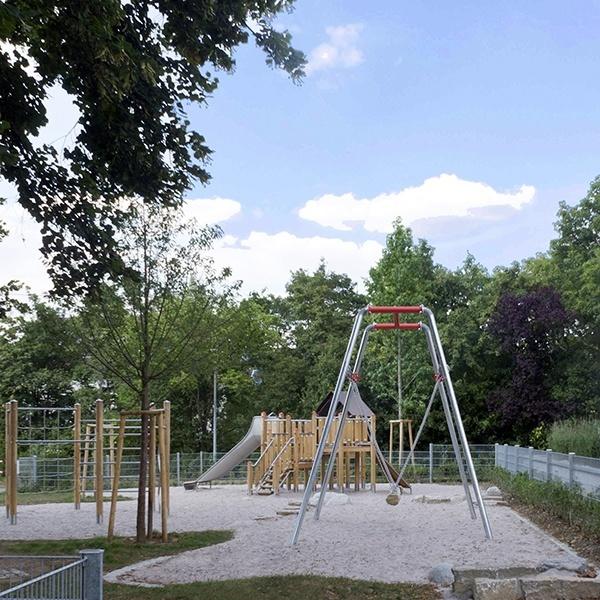 Kinderspielplatz - Lauter Park. Schaukel im Sandkasten