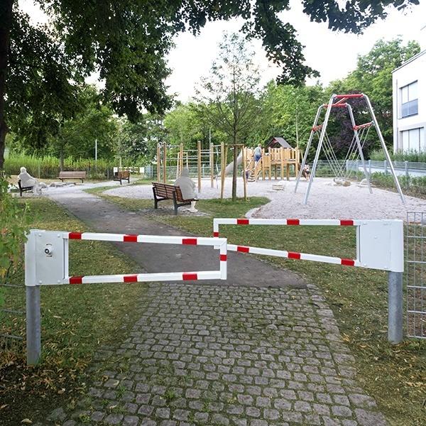 Eingang zum Spielplatz am Lauter Park mit Schranken